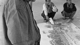 Rithy Panh, lors du tournage de «S21-la machine de mort khmère rouge» (2003)