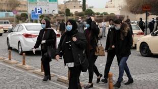 Un groupe de femmes traversent une rue de Erbil, la capitale de la région autonome kurde du nord de l'Irak, le 7 mars 2020 (image d'illustration).