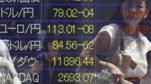 Le taux de change du yen face au dollar à Tokyo, le 4 août 2011.