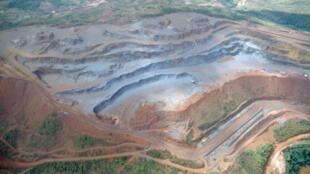 Vue aérienne d'une mine de fer au Venezuela qui relance son activité minière tous azimuts.