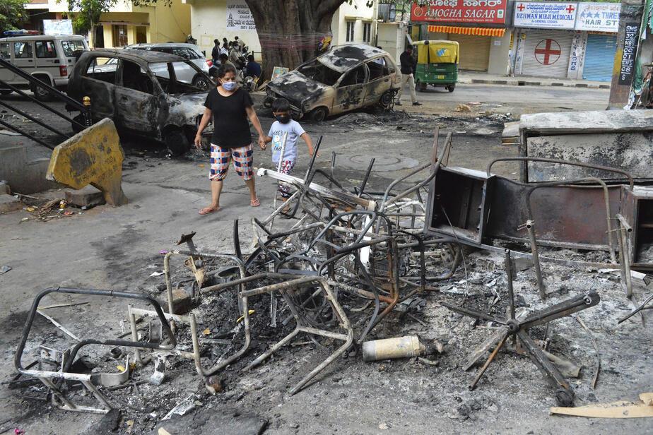 Au moins 60 policiers ont été blessés mardi soir quand une foule en colère a attaqué un commissariat, incendié des véhicules et la maison d'un élu local dont le neveu était accusé d'avoir posté la publication en question