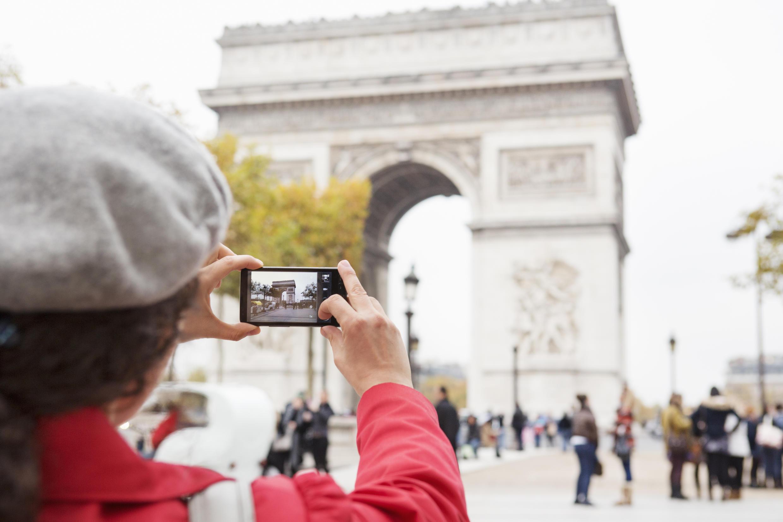 Một du khách đang chụp ảnh Khải Hoàn Môn Paris.