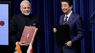 Thủ tướng Nhật Shinzo Anbe và đồng nhiêm Ấn Độ Narendra Modi (T) với tài liệu vừa được ký kết. Ảnh nhân cuộc họp báo chung ngày 29/10/2018.