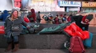 Des participants se préparent à passer la nuit dehors à New York, le 7 décembre 2019, dans le cadre de The World's Big Sleep Out à Times Square.