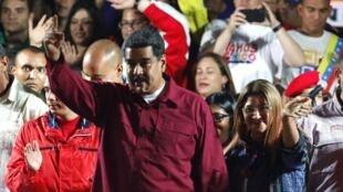 Le président vénézuélien saluent ses supporters après 'annonce des résultats de l'élection du 20 mai 2018, à Caracas.