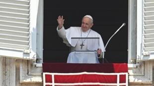Le pape François salue les pèlerins rassemblés sur la place Saint-Pierre au Vatican alors qu'il arrive pour prononcer sa prière du dimanche de l'Angélus le 12 juillet 2020.