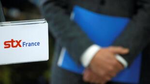 Le logo de STX France, lors d'une conférence de presse à Saint-Nazaire, en janvier 2017.