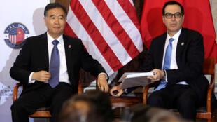 2017年7月19日 中國國務院副總理汪洋(左)與美國財長姆努欽(右)在華盛頓出席首輪中美全面經濟對話活動。