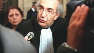 Me Michel Zaoui, un des avocats de la partie civile, répond aux questions des journalistes, lors de la 22e audience du procès de Maurice Papon, qui comparait devant les assises de la Gironde pour «crimes contre l'humanité», en 1997.