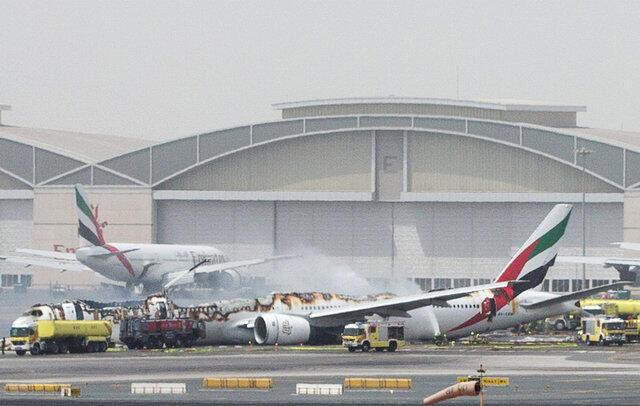 Uma espessa camada de fumaça é vista saindo do Boeing 777 da Emirates, após pouso no aeroporto de Dubai.