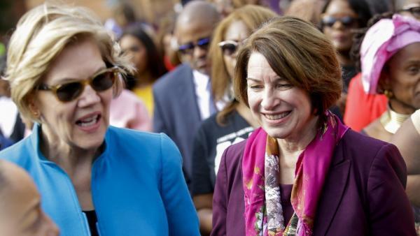 Les candidates à l'investiture démocrate Elizabeth Warren (G) et Amy Klobuchar (D), le 1er mars 2020 à Selma, dans l'Alabama..