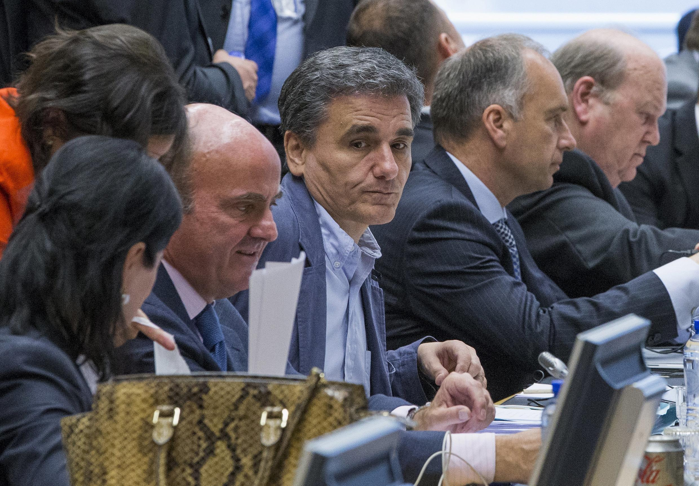 O novo ministro das Finanças da Grécia, Euclid Tsakalotos (centro), à espera da reunião do grupo da zona do euro em Bruxelas, Bélgica.