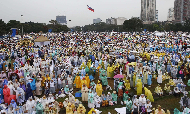 Hàng triệu giáo dân Philippines theo dõi thánh lễ của Giáo Hoàng Phanxicô tại công viên Rizal - REUTERS /Erik De Castro