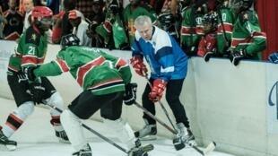 La légende du hockey russe Slava Fetisov face à deux joueurs kényans de l'équipe des Ice Lions à Nairobi le 9 mars 2019.