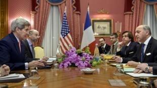 گفتگوی جان کری و  لوران فابیوس وزرای امور خارجه آمریکا و فرانسه، قبل از جلسه رسمی هستهای امروز . لوزان شنبه ٨ فروردین/ ٢٨ مارس ٢٠١۵