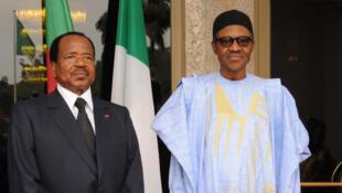Le président camerounais (g) et son homologue nigérian (d) à Abuja, le 3 mai 2016.