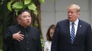 Kim Jong-un e Donald Trump conversam nos jardins do Hotel Metropole de Hanói - 28 de Fevereiro de 2019