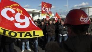 Manifestantes del grupo Total en la refineria de Donges