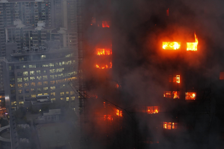上海一座三十層高樓起火造成多人死亡(2010年十一月十五日)。