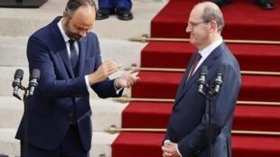 Edouard Philippe et son sucesseur à l'hôtel de Matignon lors de la passation de pouvoir entre les deux hommes le 3 juillet 2020.