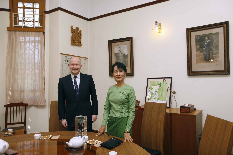 Ngoại trưởng Anh William Hague và bà Aung San Suu Kyi trong cuộc tiếp xúc  tại Rangoon, ngày 06/01/2012