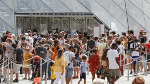 8月13日,盧浮宮前,遊客迴流
