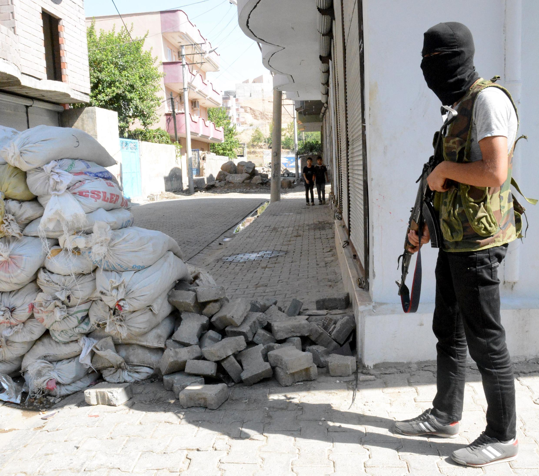 Un militant kurde à Cizre, en Turquie, le 28 août 2015.