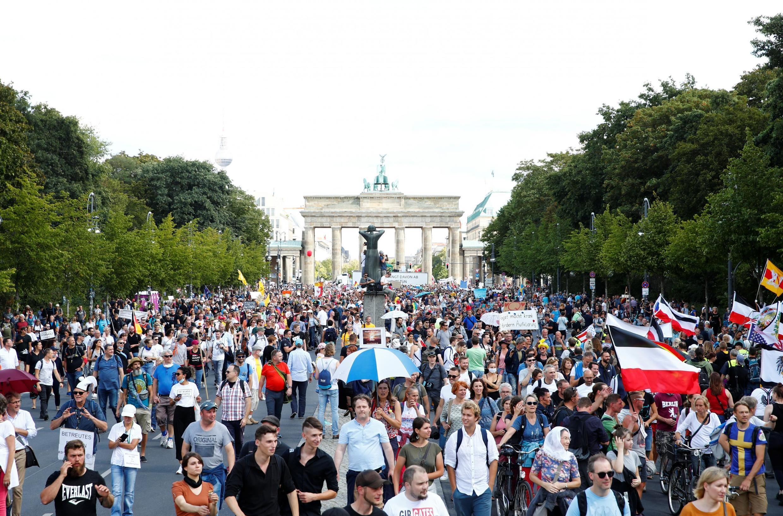 Manifestações em Berlim e em Paris contra medidas restritivas para combater o coronavírus como uso de máscaras