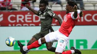Mama Baldé (na esquerda), avançado guineense do Dijon, apontou o seu primeiro golo com a camisola do clube francês.