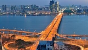 En Corée du Sud, le pont de Mapo à Séoul, sur le fleuve Han où 900 Sud-Coréens se sont suicidés en 5 ans.