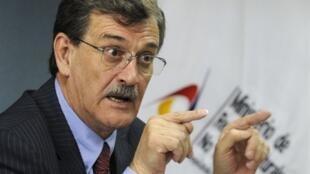 El ministro ecuatoriano Wilson Pastor durante una rueda de prensa el 17 de agosto de 2010 en Quito.