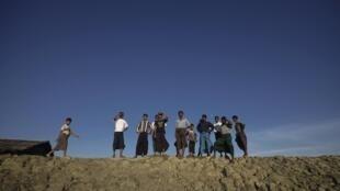 Membros de minoria muçulmana esperam a chegada de outros refugiados no acampamento de Sittwe.