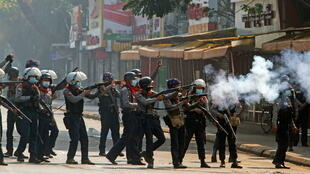 birmanie - police - manif 2021-02-28T070353Z_1730685938_RC2J1M9QGD3C_RTRMADP_3_MYANMAR-POLITICS