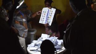 Des employés procédant au dépouillement des votes dans un bureau de vote à N'Djamena, le 10 avril 2016.