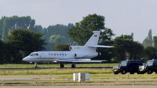 Avião trazendo Mladic chega a Roterdã, de onde foi transferido para Haia.
