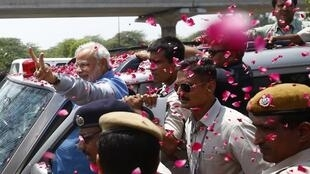 Lãnh đạo đảng BJP, Narendra Modi (T),thủ tướng Ấn tương lai; mừng thắng lợi trên đường phố New Delhi, ngày 17/05/2014.