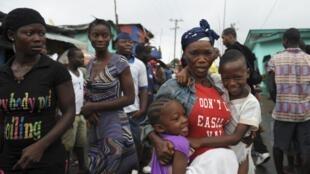 Des habitants du quartier de Westpoint au Liberia, restés en quarantaine plusieurs jours.