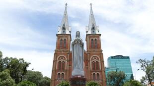 Tượng Đức Mẹ trước Nhà thờ Đức Bà Sài Gòn - Ảnh minh họa