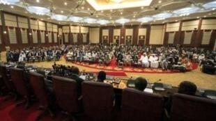 2月7日,人们在苏丹首都喀土穆友谊会议中心等待公决结果。
