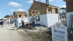 Haïti: chantier de reconstruction pour 500 familles financé par la Fondation Carter à Léogâne (33 km de Port-au-Prince).