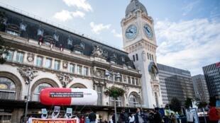 Các nhà hoạt động phòng chống sida căng biểu ngữ trước nhà ga xe lửa Lyon tại Paris kêu gọi gây quỹ tài trợ, ngày 2/10/2019.