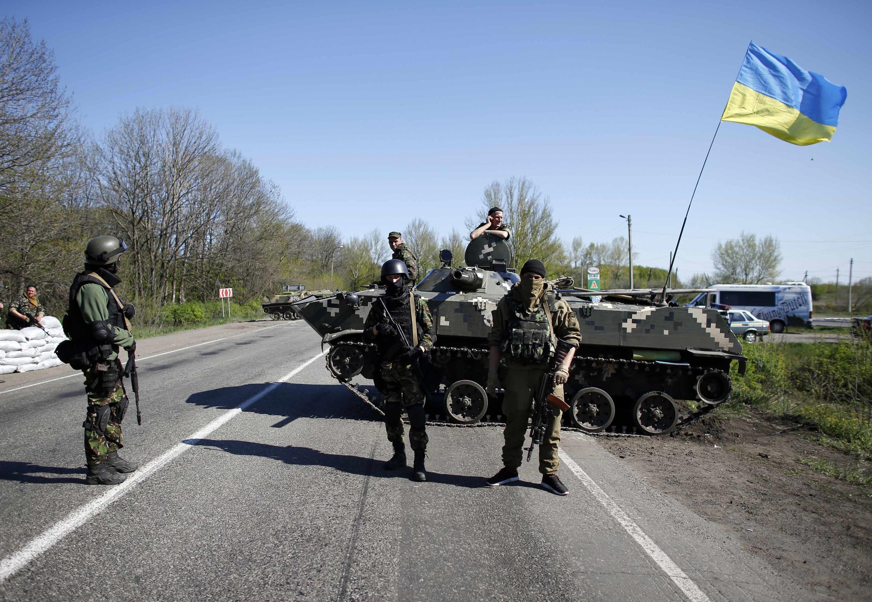 Wanajeshi wa Ukraine wakishika ulinzi katika mji wa Slaviansk, mashariki mwa Ukraine.