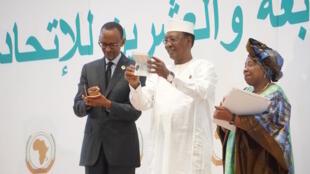 Rais wa Rwanda, Pual Kagame (kushoto) na rais Idris Deby (Kulia) wakikabidhiwa pasi mpya za kusafiria ambazo zitakuwa ni moja kwa bara la Afrika, 17 Julai, 2016