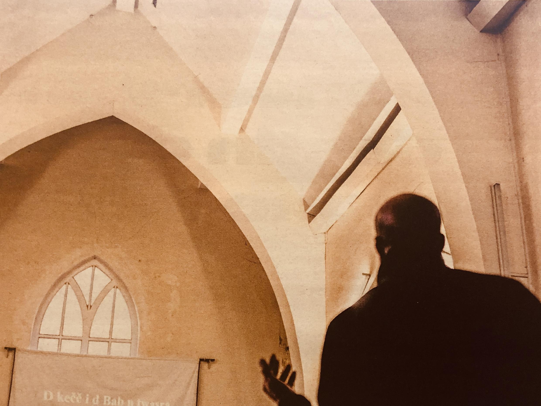 Igrejas evangélicas, cada vez mais presentes naa periferia de Paris, atraem imigrantes e convertem muçulmanos.