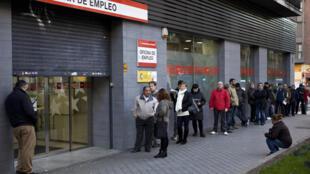 File d'attente devant une agence gouvernementale de recherche d'emploi, à Madrid (Espagne). (Photo d'illustration)