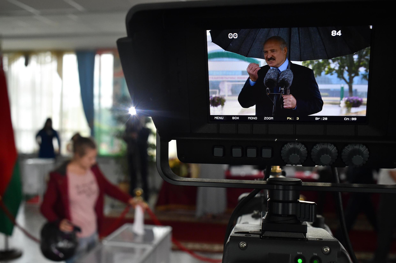 Em Belarus, o presidente Lukashenko convidou jornalistas russos para cobrirem suas viagens, após a demissão dos bielorussos demitidos por terem aderido à greve.