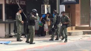 Các nhà điều tra Thái Lan thu thập chứng cứ tại hiện trường một vụ đánh bom tại bãi biển nổi tiếng Patong, đảo Phuket, ngày 12/08/2016.