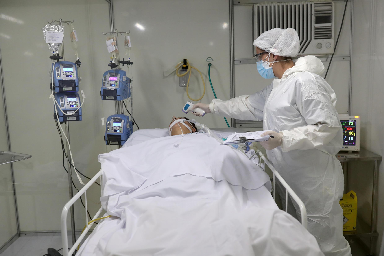 Một bệnh nhân virus corona đang được chăm sóc tại phòng hồi sức tích cực, trong một bệnh viện tạm thời, ở Guarulhos, Sao Paulo, Brazil, ngày 12/05/2020.