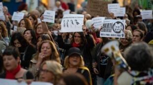 Les mères des manifestants arrêtés en Catalogne ont défilé jeudi 24 octobre à Barcelone.