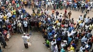 Armand Beouinde, maire de Ouagadougou, s'entretient avec la presse et les commerçants avant la réouverture du marché central de Rood-Wooko, à Ouagadougou, le 20 avril 2020 (image d'illustration).